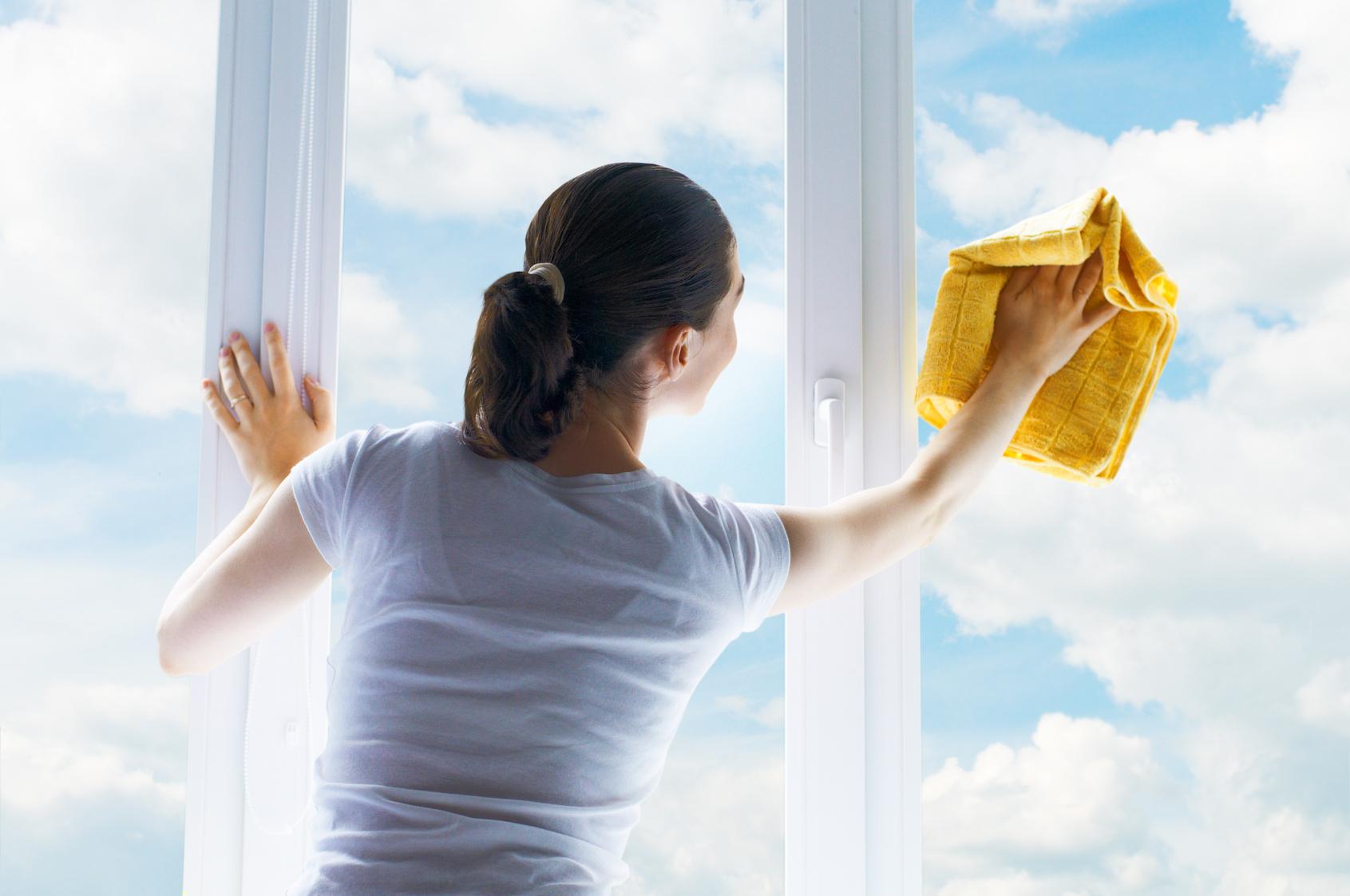 Come pulire i vetri di casa trucchi per vetri senza aloni - Come pulire casa ...