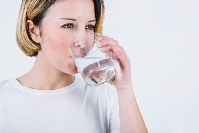 Quanta acqua è necessario bere ogni giorno e perché è così importante?